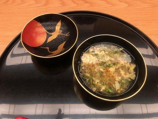 フカひれ入りのお吸い物。 soup with dried shark fin.