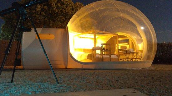 Villahermosa, España: Burbuja de noche y telescopio apuntando a la Luna.