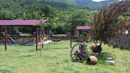 Akhaldaba, Georgië: при гостинице есть ресторанчик с прекрасным видом и двориком. Также есть серные бани полезные для здоровья