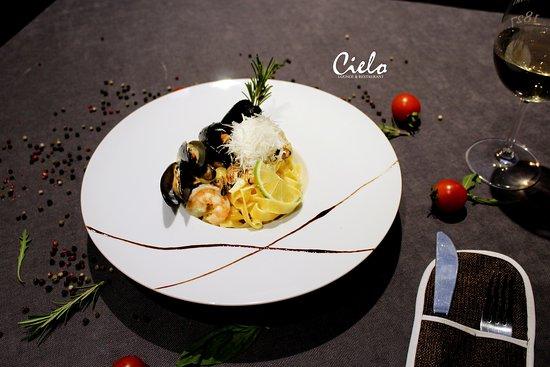 Cielo Lounge & Restaurant: Atmosfera sezonului estival dominantă pe coasta Italiei🇮🇹 acum o poți savura din plin la Cielo Lounge❤️ cu o porție de tradiției: Fettuccine cu mixt de fructe de mare în sos de vin alb cu frișcă și parmezan😋