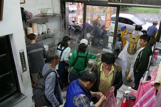 Dai Ji Wonton: 地元の人でいっぱいの店内、テイクアウトもあり