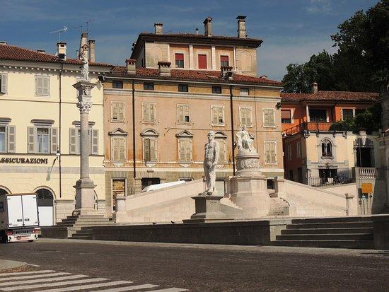 Altra veduta della piazza con del rialzo con statue e colonna