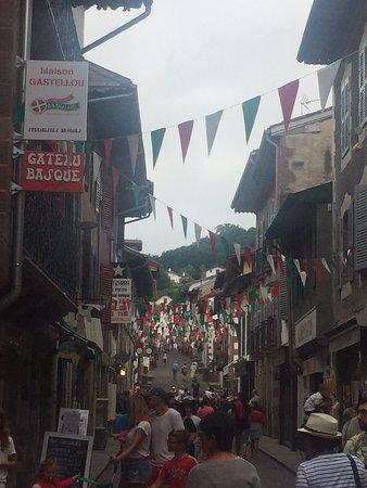 À faire en famille après un bon repas et ramenez des produits locaux comme la charcuterie de la vallée des Aldudes et le roi du gâteau Basque !!! Un régal