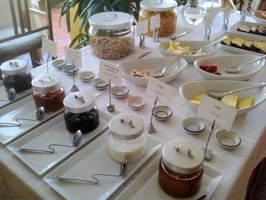 Dos mesas de bufe (dulces y salados) y una cocina para preparar tortitas y huevos como te gusten ¡al momento! ¡Ven a probar nuestros desayunos aunque no estés alojado en el hotel!