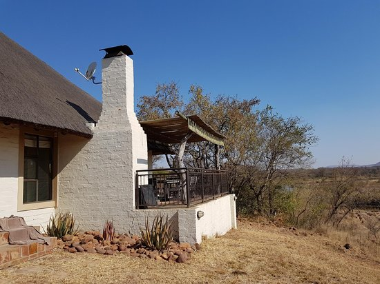 Leselo La Bontshi Lodge: The thatched cottage is perched up on the river bank.  The patio is a most enjoyable place to see the view, listen to the rippling of the river, braai and read.
