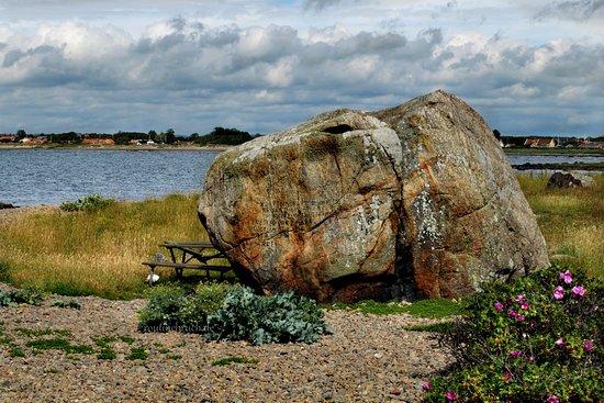 In Glommen machten wir einen spontanen kurzen Zwischenstopp. Der Ort hat seinen Namen vom Glomstenen - einem ca. 4 m hohem, tonnenschweren Findling, der von einem Eiszeit-Gletscher an seinen heutigen Ort transportiert wurde. Früher nutzte man den riesigen Felsbrocken als Orientierung um das gefährliche Riff zu umsegeln. Seit 1843 gibt es aber auch einen Leuchtturm.  Die Inschrift auf dem Stein stammt aus dem Jahre 1816. Sie enthält die Markierung des mittleren Pegelstandes des Kattegat.