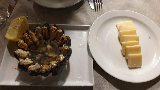 cozze crude con salsetta all'aceto e formaggio