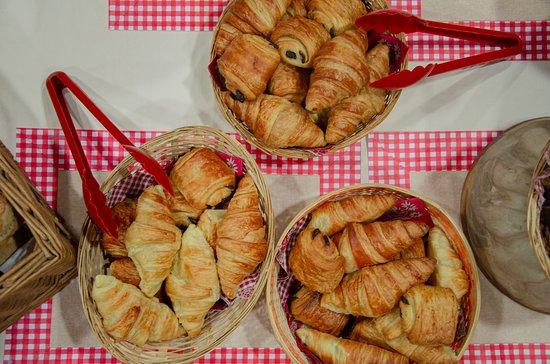 Croissants et pains au chocolats frais