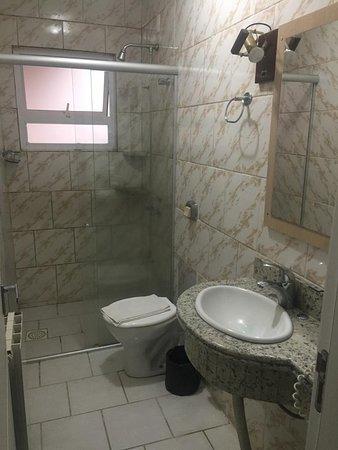 Hotel Dona Adelia: Banheiro do Apartamento Standard