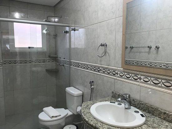 Hotel Dona Adelia: Banheiro do Apartamento Luxo