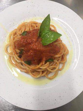 IL NOVE: Italian spaghetti with tomato sauce and basil