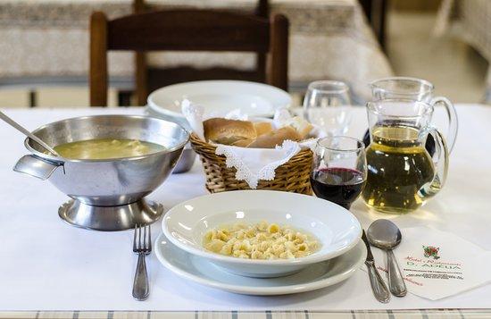 Sopa de capeletti, pão caseiro e o vinho da casa