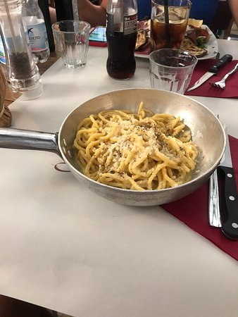 Excelente restaurant y excelente atención de Ilenia y Barone, muy amables en recibirnos y muy atentos en todo. La atención es muy rápida y la comida exquisita! Recomiendo  la pasta Tonnarelo Cacio e Pepe, sin duda la comida está hecha con mucho amor .