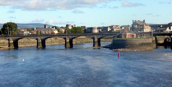 Лимерик, Ирландия: 6th STOP ON OUR PUB CRAWL OF IRELAND, LIMERICK - A three bridge walk along the Shannon River, Sarsfield Bridge