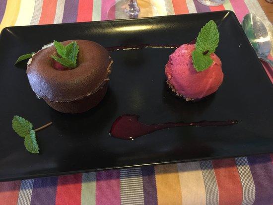 Louvie-Juzon, Frankrike: Fondant chocolat, framboise et sa boule de glace
