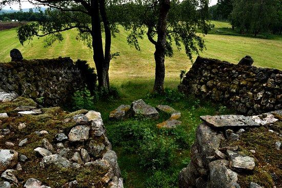 Hallingsjo, Sverige: Ekomuseum Nedre Ätradalen  Auf dem Gelände von Gunnagård befindet sich Gunnagrotta – eine von 1893 bis 1907 künstlich angelegte Felsformation.