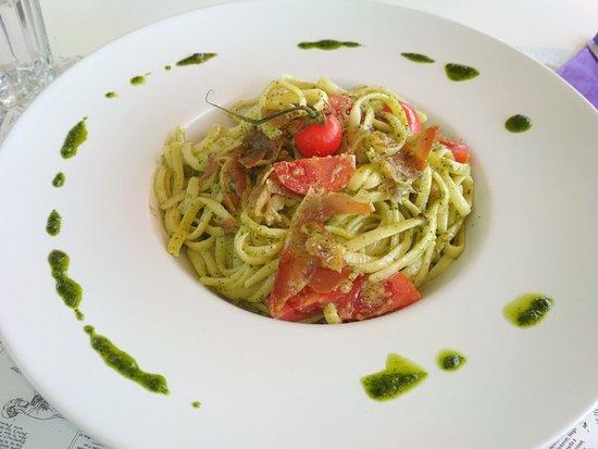 Paralia Ofryniou, Grèce : Pasta basillicos: Liguine με πέστο βασιλικού, παρμεζάνα, ντοματίνια, prosciutto.