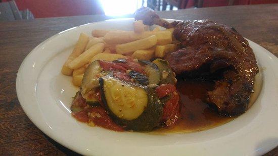 Le Pinocchio: un exemple de plat du jour : cuisse de canard rôti, servi ici, avec frites et tian provençal. Le menu du jour  12.40 €  (entrée+ plat+dessert)