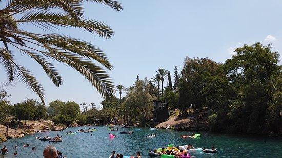 יום מקסים בגן השלושה ברכת מים טבעית, נעימה וצוננת ביום חם.