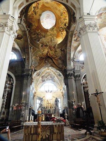 Altare,maggiore con abside afffescato