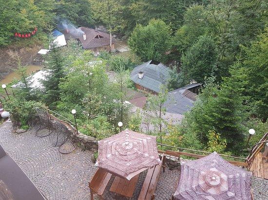 Lumshory, ยูเครน: Pohled na chaloupky s čány a posezení