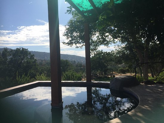 Catheys Valley, CA: pool, jacuzzi and views towards Yosemite National Park.