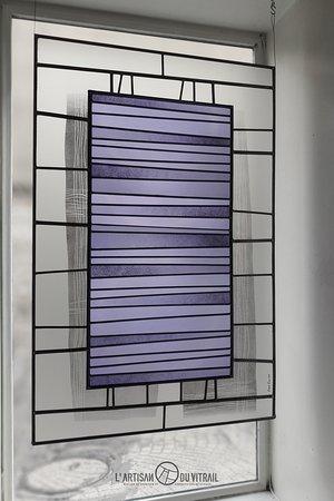'Lavande' - Création personnelle. Vitrail réalisé en verres soufflés à la bouche et verres dépolis. Montage au plomb (technique traditionnelle), peintures à la grisaille noire. Dimensions : 70 x 110 cm.