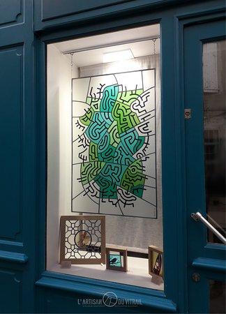 'Keith' - Création personnelle en hommage à Keith Haring, artiste et peintre américain (1956 - 1990) Vitrail réalisé en verres soufflés à la bouche et verres dépolis. Montage au plomb (technique traditionnelle), peintures à la grisaille noire. Dimensions totales : 70 x 110 cm.