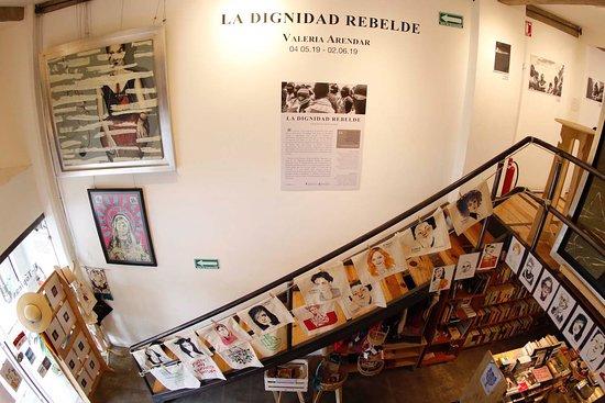 Cada mes tenemos una exposición diferente. Aquí se puede ver el comienzo de la exposición fotográfica de Valeria Arendar sobre las mujeres zapatistas