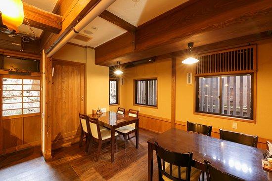 黒川温泉 御客屋の姉妹店で、明治期の古民家を移築したカフェレストラン。 23席ある店内はゆったりと寛げる空間になっており、温泉地の中心部に位置する好立地なので休憩にもご利用いただけます。