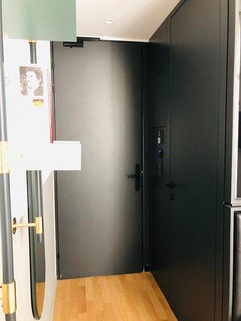 Вход и дверь в ванную комнату.