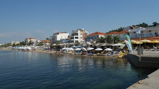 Agia Triada, Hellas: Wonderful sandy beach + beach cafees and tavernas to one side of the pier, where the boat to Thessaloniki comes every day during the summer