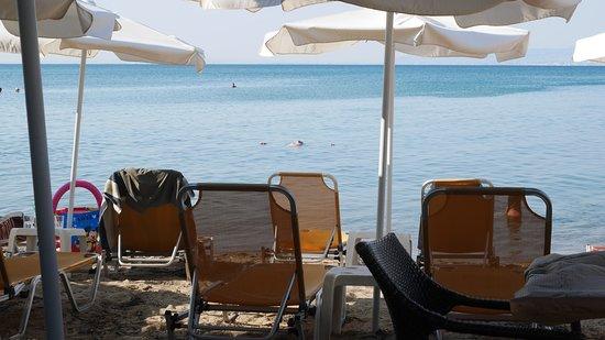 Agia Triada, Hellas: Beach taverna with sunbeds and parasoles