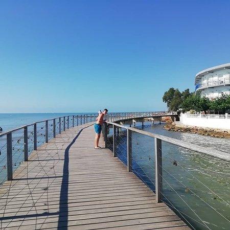 Hotel la Rapita: cuando acaba el paseo vas por éste puente y sales a unas calas pequeñas donde está muy bien el agua. 