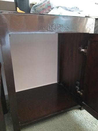 Kastje in de kamer, maar het koelkastje is verwijderd ...