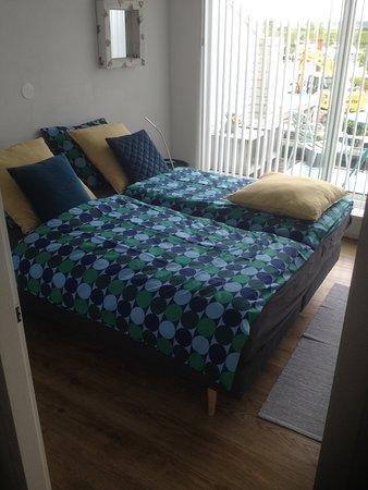Kortgene, هولندا: 2 Persoons kamer met balkon. Prive badkamer met bad, douch en toilet. Bijkamer met koffiezetapparaat, waterkoker, magnetron, kleine koelkast, extra bed. Verwarmde buiten kamer voor ontbijt. Alleen te boeken via airbnb. provincie Zeeland, Kortgene benb bries.