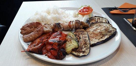 Una piccola composizione con carne, verdura e riso basmati