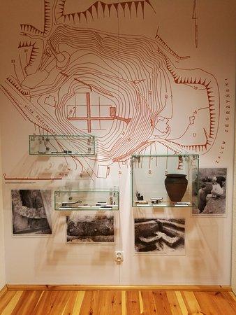 Izba Pamięci i Tradycji Rybackich - kopie artefaktów znalezionych podczas wykopalisk archeologicznych na terenie grodziska.