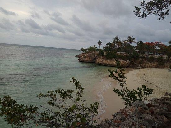 Вид на пляж у бара Пират