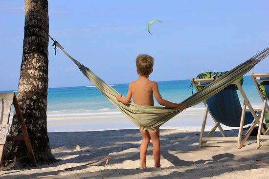 Kitesurfen 4-daagse beginnerscursus (groep, 2: 1): kids hanging around in friendly set up