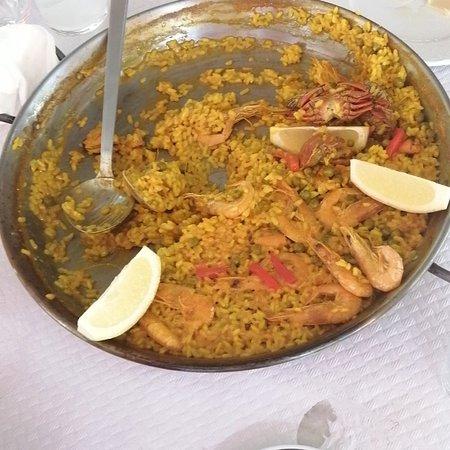 Pelayos de la Presa, Hiszpania: La paella es el plato recomendado de este lugar, en nuestra opinión no ha estado buena del todo. El personal servicial y atento El lugar estaba a tope de visitantes