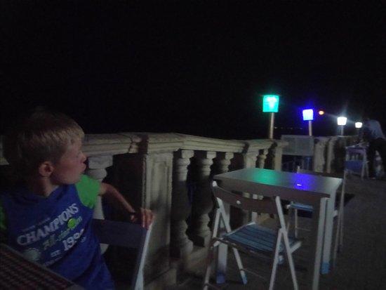 Вечером приятно посидеть под разноцветными фонариками на открытой террасе МореЛав, слушая шум моря.