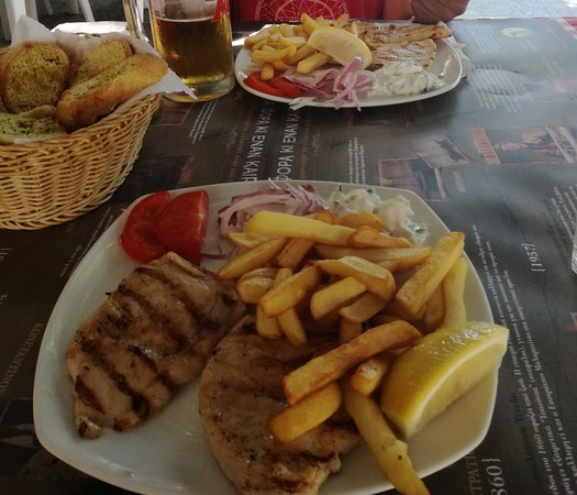 Agia Triada, Grecia: Chicken fillets with tsatsiki sauce and french fries.