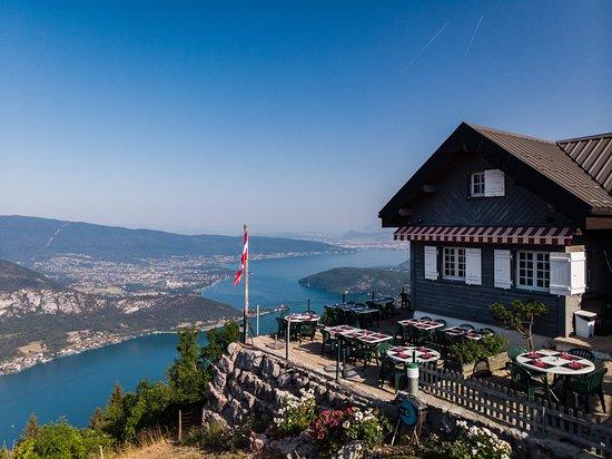 Montmin, France : Le Chalet la Pricaz surplombant le lac d'Annecy (alt. 1 170 m)...vue panoramique sur tout le lac!