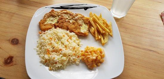 chuleta de pescado acompañada de un rico arroz de verduras y ensalada de piña