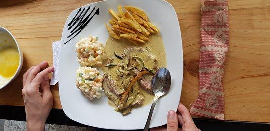 sabrosos platos del dia ternera en  salsa con ensalada de verano