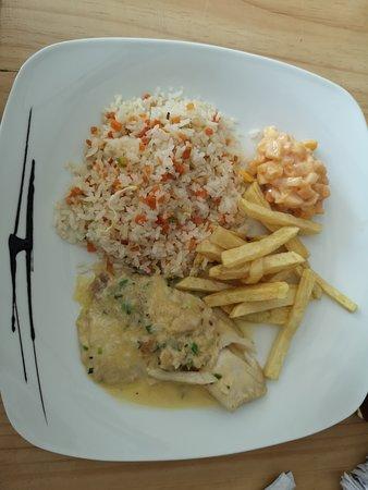 arroz con verduras y pechuga de pollo en salsa