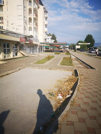 Struga, Makedonien, den tidligere jugoslaviske republik: Garbage in the high touristic season. I woke there 10 days during my stay and nobody clean the garbage in that period. Simply garbage is everywhere!