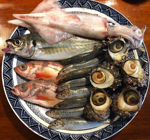 Sakanaya Inase: 鮮魚や刺身、季節の野菜天ぷら、魚料理、海鮮丼や名物の親父焼き(イカ肝焼き)などおすすめメニューも多く、女将が自ら集めた日本酒も70種類と豊富です。