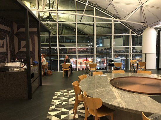 British Airways: Qantas lounge dining area - also great view of planes and gates